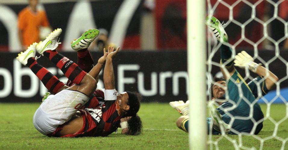 Ronaldinho Gaúcho e Ricardo Berna ficam no gramado após disputa de bola