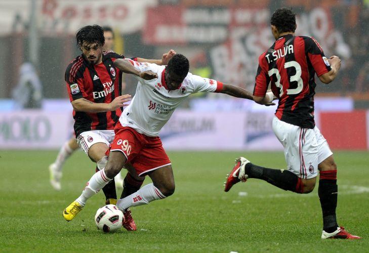Gattuso e Thiago Silva tentam roubar a bola de atleta do Bari durante jogo pelo Campeonato Italiano; Milan decepcionou com empate em 1 a 1 dentro de casa
