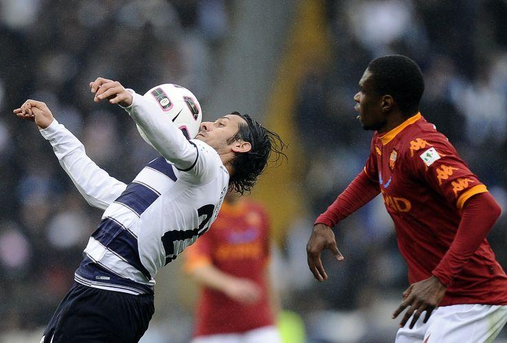 Zagueiro Juan sai na marcação do atacante Floccari, da Lazio