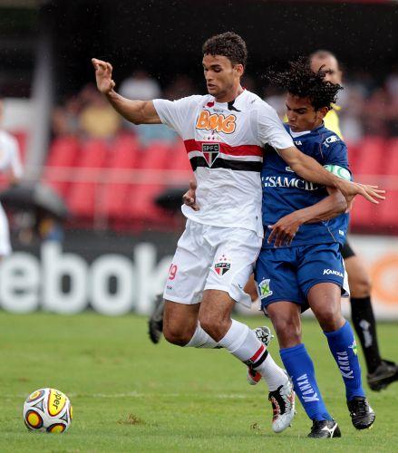 Willian José tenta superar a forte marcação durante partida entre São Paulo e Santo André, pelo Campeonato Paulista