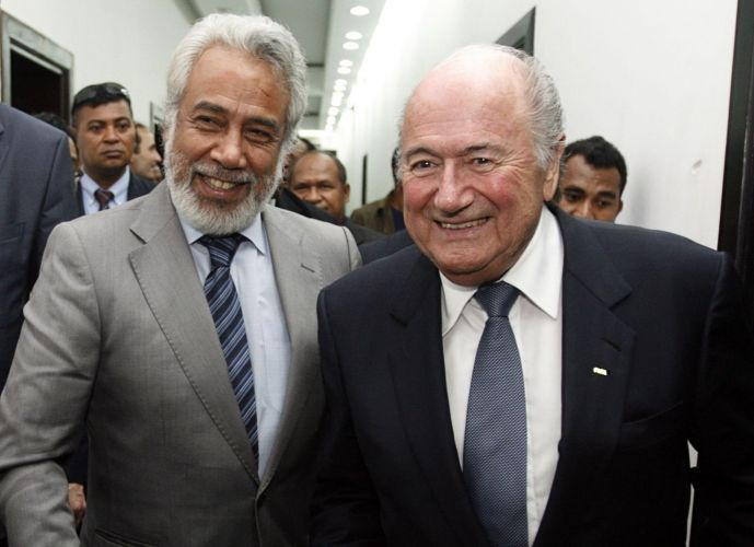 Joseph Blatter (d), presidente da Fifa, visita o Timor Leste. Ao lado de Xanana Gusmão (e), primeiro-ministro do país, dirigente participa de encontro para promover o desenvolvimento do futebol na região
