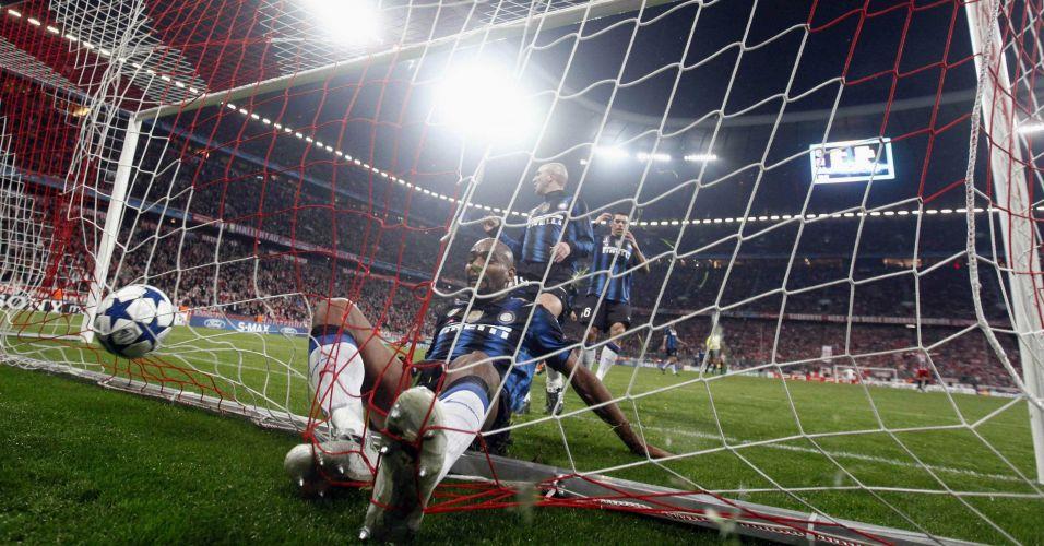 Maicon tenta sem sucesso evitar o gol de Mario Gomez para o Bayern de Munique contra a Inter de Milão pela Liga dos Campeões