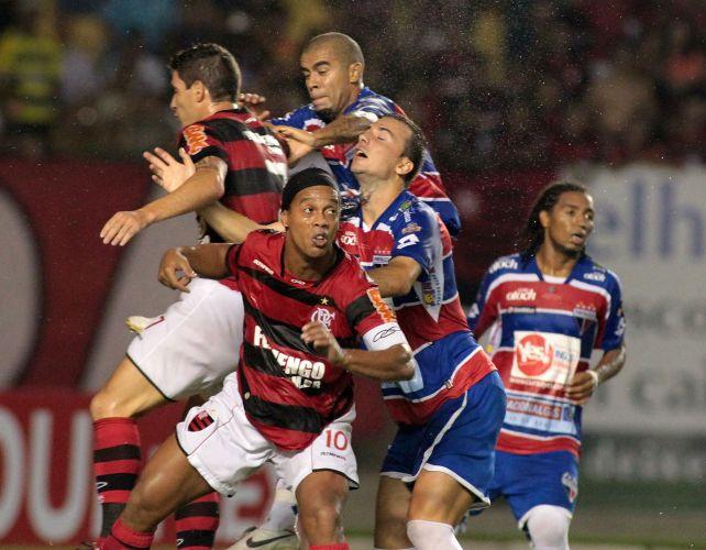 Em confusão na área, Ronaldinho Gaúcho tenta se posicionar, mas passa em branco na vitória do Flamengo por 3 a 0 sobre o Fortaleza, no Castelão; time rubro-negro garante classificação para as oitavas de final sem precisar disputar o jogo de volta