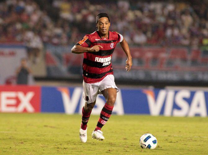 Ronaldinho Gaúcho conduz a bola e tenta levar o Flamengo ao ataque na vitória sobre o Fortaleza por 3 a 0, no Castelão; time rubro-negro garante classificação para as oitavas de final sem precisar disputar o jogo de volta