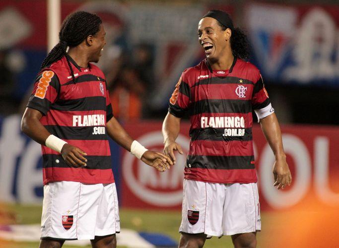 Após marcar o terceiro gol da vitória do Flamengo sobre o Fortaleza, Diego Maurício (e) comemora com Ronaldinho Gaúcho, no Castelão; com o placar de 3 a 0, time rubro-negro garante classificação para as oitavas de final sem precisar disputar o jogo de volta