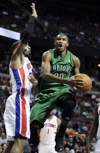Vestido de verde em homenagem ao dia de São Patrício, Leandrinho tenta jogada na derrota de seu time, o Toronto Raptors, para o Detroit; brasileiro anotou 18, mas não foi o suficiente