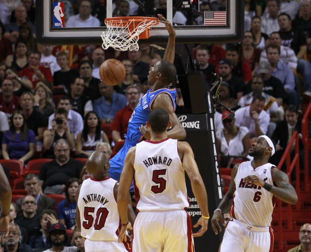 Kevin Durant enterra para o Thunder, na vitória contra o forte Miami Heat nesta 4ª; Durant anotou 29 pontos