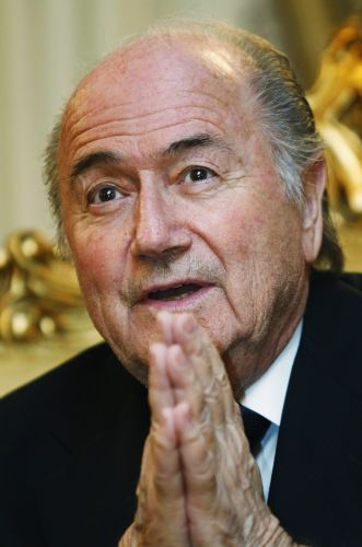 Nesta quinta-feira, Joseph Blatter seguiu sua viagem pela Ásia e desembarcou na Malásia para conferir o desenvolvimento do futebol no país. Presidente da Fifa afirmou não se incomodar com concorrência de Mohamed Bin Hammam, presidente da Confederação Asiática (AFC), ao cargo máximo da entidade