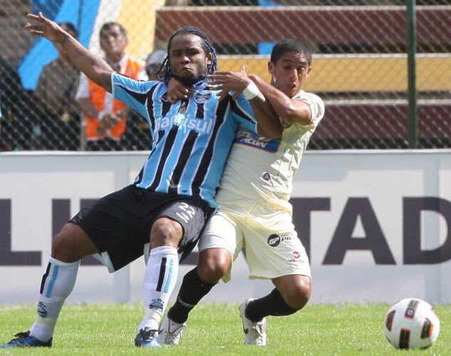 Carlos Alberto é segurado por rival do clube peruano, no empate por 1 a 1