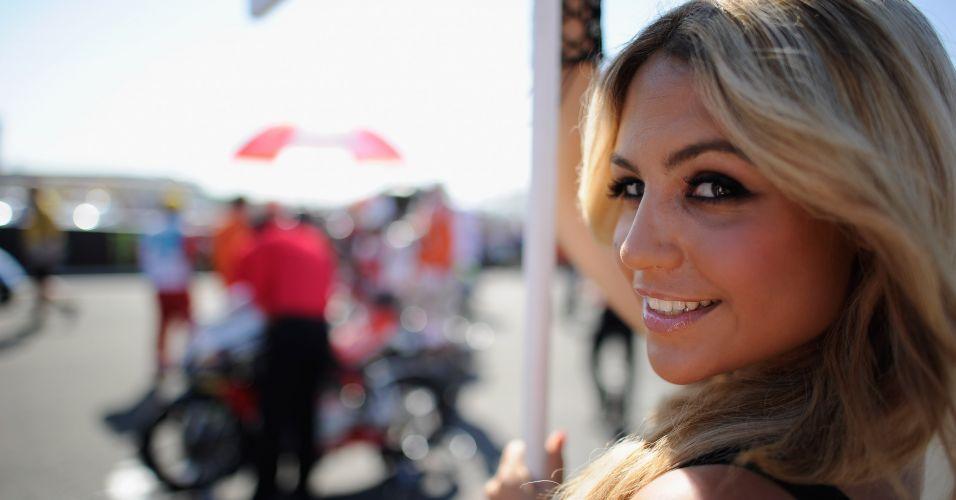 Loira posa com olhar sedutor durante o GP da França da MotoGP