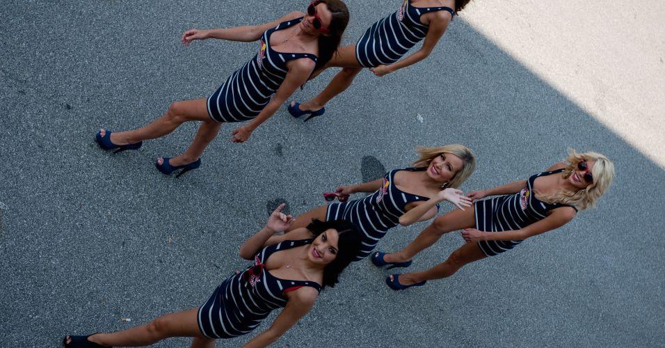 Modelos da Red Bull dão tchauzinho para o fotógrafo durante passeio no paddock de Indianápolis