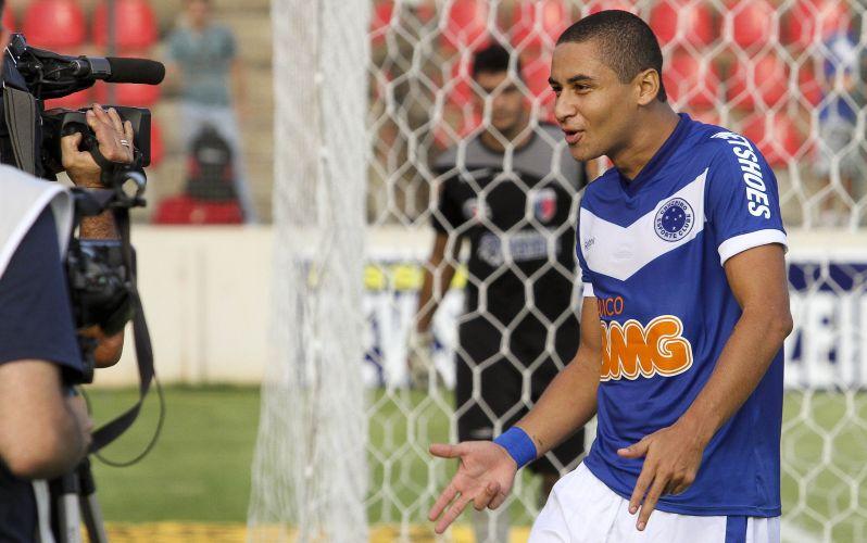 Wellington Paulista comemora o primeiro gol do Cruzeiro diante do Funorte, na Arena do Jacaré, em Sete Lagoas. A equipe de Cuca está no topo do Campeonato Mineiro. Thiago Ribeiro fez os outros gols da vitória por 3 a 0