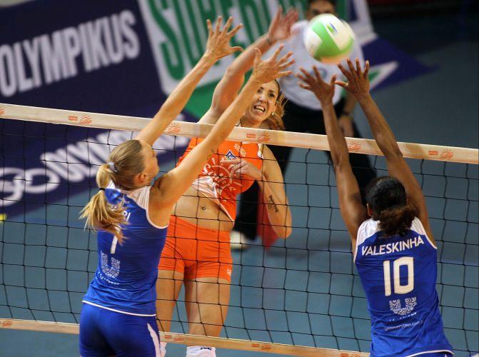 Central Thaísa encara bloqueio duplo da Unilever formado pela campeãs olímpicas Mari (e) e Valeskinha na vitória carioca por 3 a 0 sobre o Osasco em clássico 'amistoso' na última rodada da primeira fase da Superliga