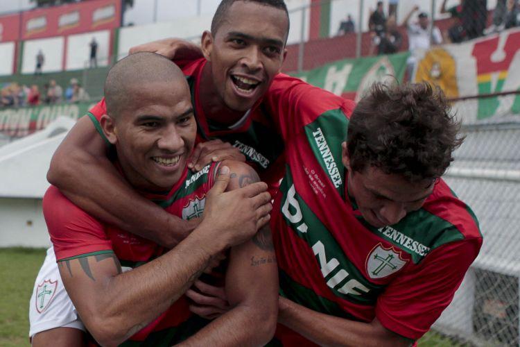 Jael é abraçado pelos jogadores da Portuguesa após marcar na goleada por 4 a 1 sobre o Mirassol, no Canindé