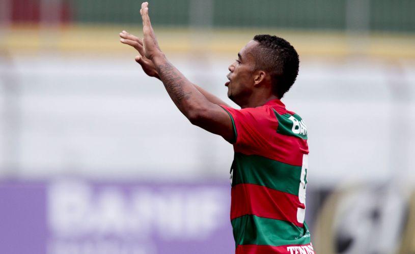 Atacante Luis Ricardo celebra após fazer o primeiro gol na goleada da Portuguesa sobre o Mirassol por 4 a 1