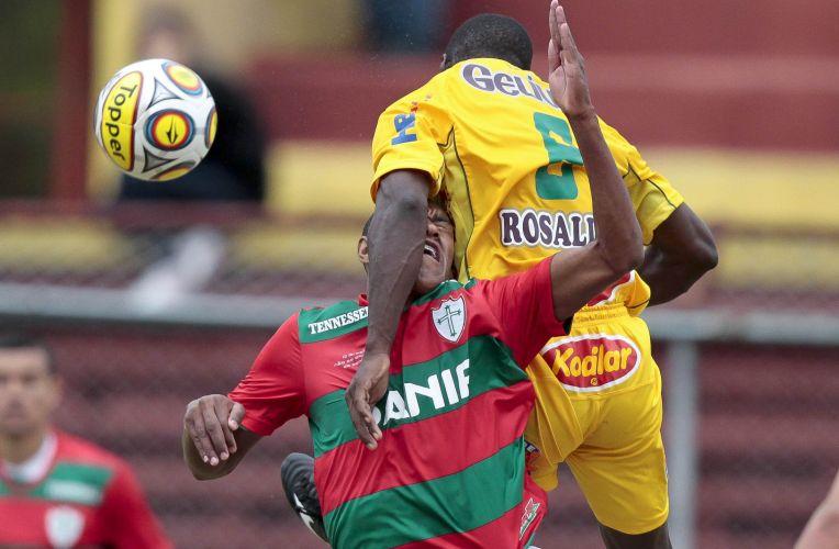 Jogadores de Portuguesa e Mirassol disputam a bola no Canindé. Time da capital goleou por 4 a 1 e mantém esperanças de alcançar o G-8