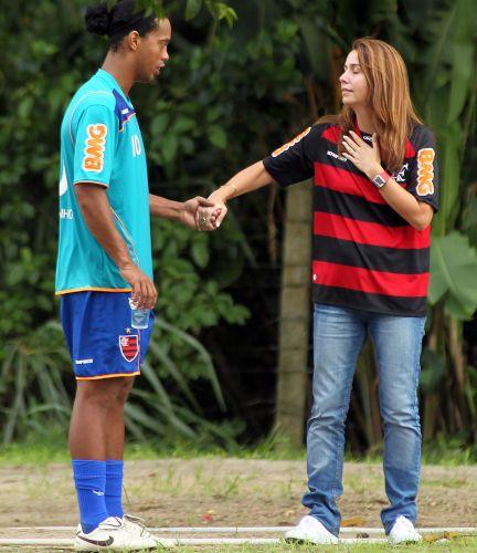 Ronaldinho Gaúcho e a presidente Patrícia Amorim mostram entrosamento em papo descontraído durante treino do Flamengo neste sábado