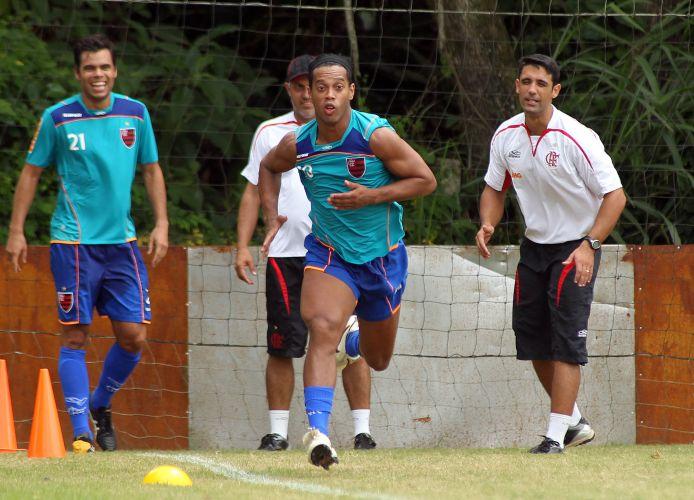 Ronaldinho Gaúcho participa de treino físico e dá arrancada observado por membros da comissão técnica do Flamengo. Neste domingo, a equipe pega a Cabofriense em Macaé. Ronaldinho está suspenso