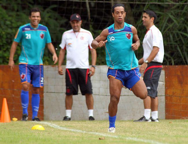 Ronaldinho Gaúcho faz treino físico puxado neste sábado, já que cumprirá suspensão automática diante da Cabofriense, domingo, pela quarta rodada da Taça Rio. Thiago Neves também levou o terceiro amarelo e não joga