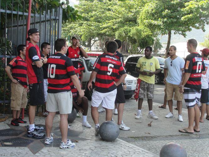 Torcedores do Flamengo fazem protesto na Gávea pedindo a contratação de Adriano, que recentemente deixou a Roma. Luxemburgo, contudo, é contrário à volta do atacante