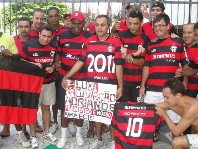 Grupo de flamenguistas cobra a volta de Adriano e diz que Luxemburgo tem que ir embora se não aceitar a contratação do atacante, campeão brasileiro pelo clube em 2009