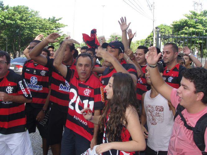 Grupo de torcedores do Flamengo cobra o retorno de Adriano, sem clube desde que deixou a Roma. Atacante está no Rio de Janeiro para definir seu futuro. Luxemburgo é contra a contratação do polêmico jogador