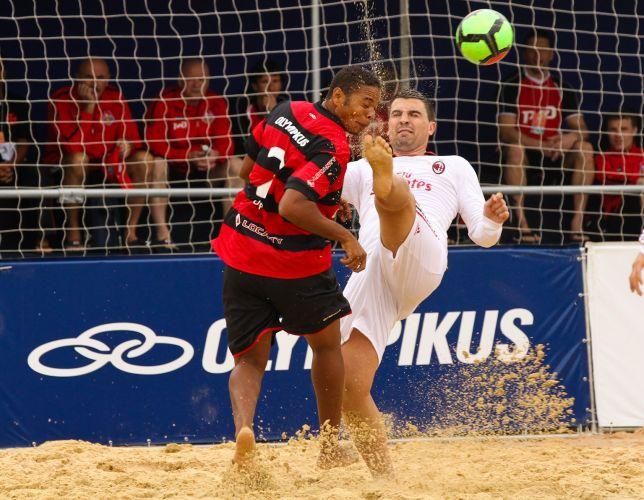 Jogador do Flamengo sofre dura entrada do atleta do Milan