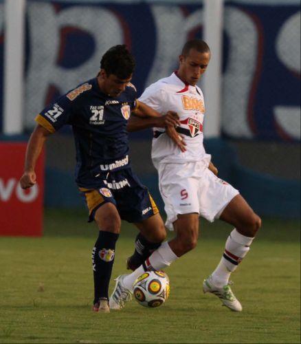 Zagueiro são-paulino Miranda toma a frente e protege a bola de jogador do Grêmio Prudente na vitória do time do Morumbi por 1 a 0 pela 14ª rodada do Paulistão
