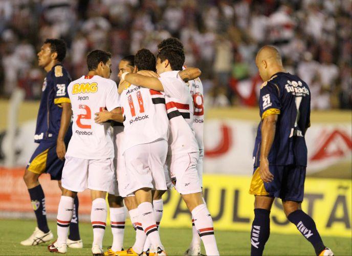 Jogadores do São Paulo comemoram gol de Henrique, que saiu do banco de reservas e marcou o único gol da vitória por 1 a 0 sobre o Grêmio Prudente