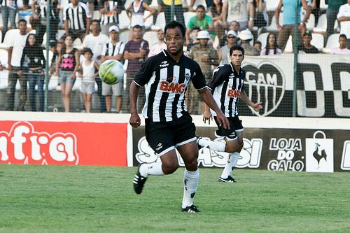 Mancini tenta jogada durante a vitória por 2 a 1, de virada, do Atlético-MG sobre o Villa Nova. Com o resultado, o time de Dorival Junior fica a três do líder Cruzeiro, que tem um jogo mais