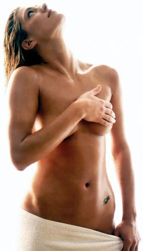 Francesca Piccinini é muito bem resolvida quando o assunto é ficar nua para os fotógrafos. A italiana já participou de uma série de ensaios e em 2004 fez seu próprio calendário