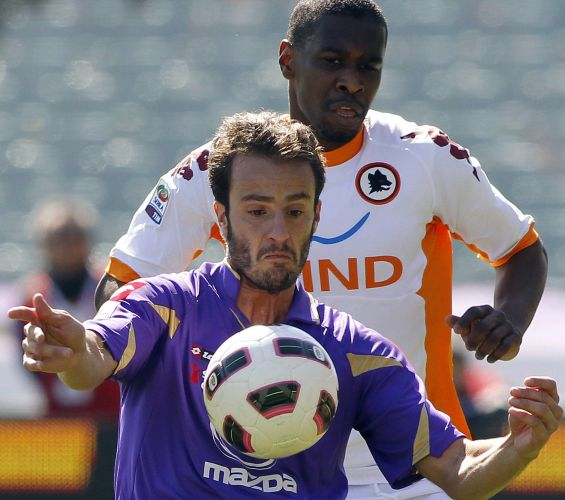 O atacante Alberto Gilardino, da Fiorentina, tenta dominar a bola mesmo sob a marcação do zagueiro Juan, da Roma; partida do Campeonato Italiano terminou empatada por 2 a 2