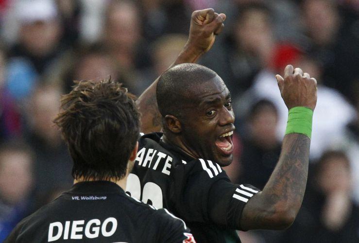 O atacante Grafite comemora após deixar o Wolfsburg em vantagem contra o Stuttgart em partida pelo Campeonato Alemão