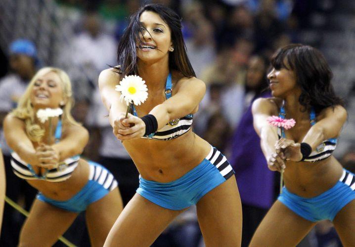 Cheerleaders do New Orleans Hornets animar a torcida; apesar do apoio, a equipe foi derrotada pelo Boston Celtics por 89 a 85