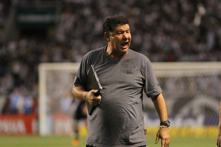 Técnico do Botafogo, Joel Santana esbraveja durante o clássico diante do Vasco, no Engenhão, pela quarta rodada da Taça Rio, o segundo turno do Carioca. O Botafogo levou a pior e perdeu por 2 a 0