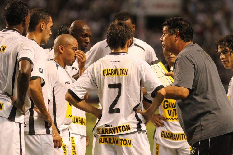 Joel Santana dá instruções para os jogadores do Botafogo no clássico contra o Vasco, que contou com a estreia do meia Diego Souza, autor do primeiro gol no triunfo por 2 a 0