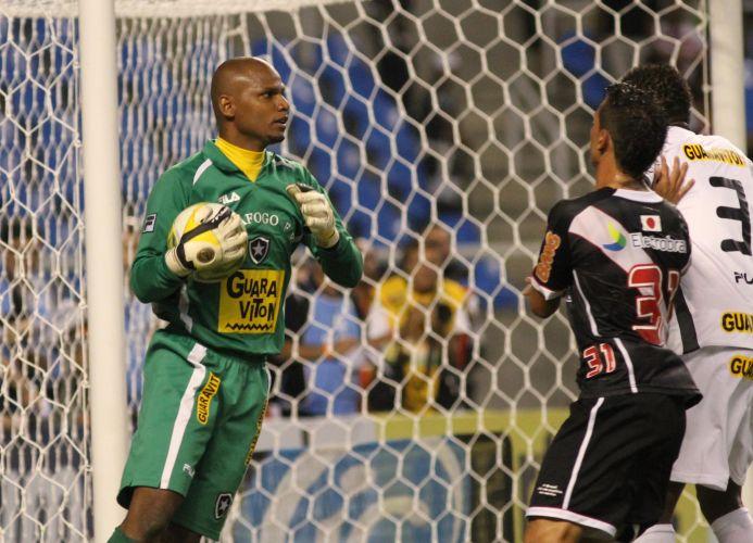 Jefferson faz a defesa, mas não impede a derrota do Botafogo por 2 a 0 para o Vasco no Engenhão. Diego Souza e Eder Luis fizeram os gols