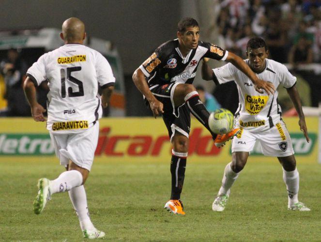 Diego Souza tenta jogada em sua estreia pelo Vasco: ele anotou o primeiro gol da vitória por 2 a 0 sobre o Botafogo, no Engenhão. Eder Luis fez o outro