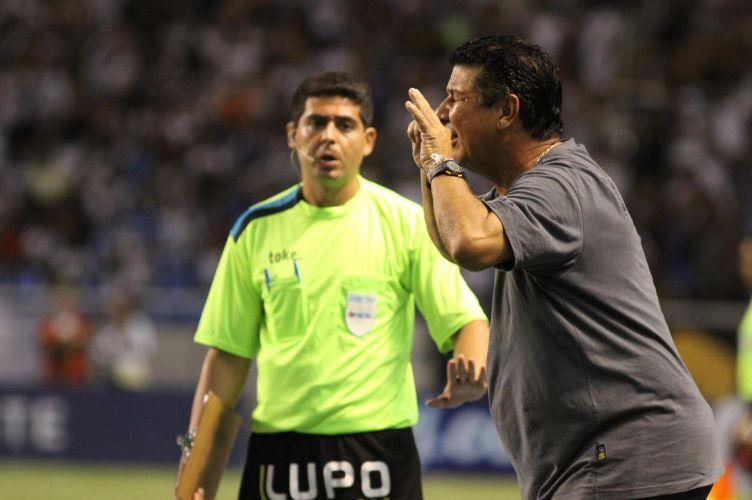 Joel Santana reclama e é expulso do clássico entre o Botafogo, sua equipe, e o Vasco. Equipe cruzmaltina levou a melhor e venceu por 2 a 0 no Engenhão