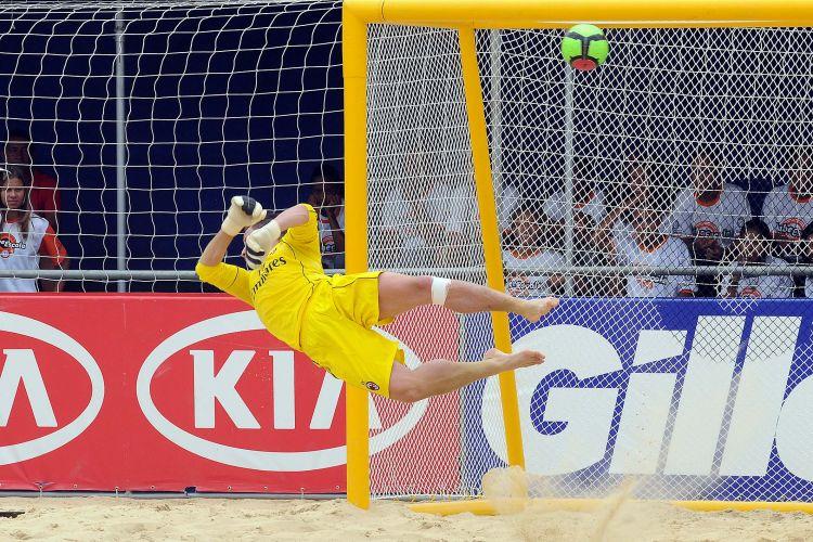 Goleiro do Milan não consegue alcançar a bola na vitória sobre o Vasco por 4 a 3 pelo Mundialito em São Paulo