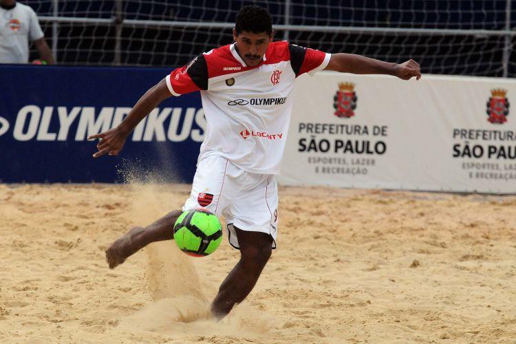 Artilheiro, André chuta na partida contra o Barcelona; Flamengo vence o Barcelona por 4 a 1 e encerra invencibilidade do time espanhol em São Paulo