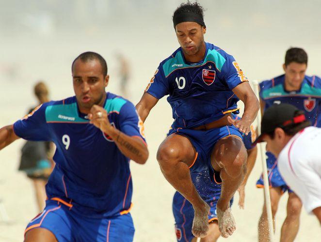 Deivid, na frente, e Ronaldinho Gaúcho, fazem exercícios na praia da Barra da Tijuca nesta quarta-feira
