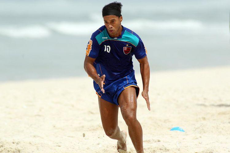 Ronaldinho se esforça em treino do Flamengo. Depois das atividades, camisa 10 tomou banho de mar e atendeu aos fãs