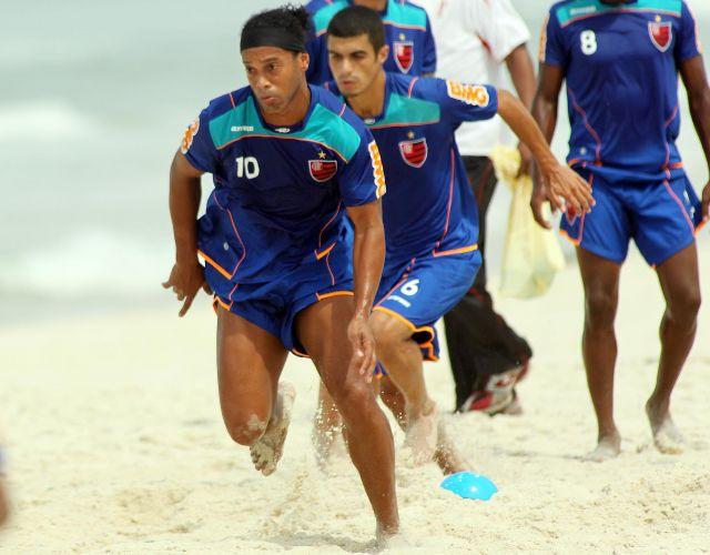 Ronaldinho Gaúcho prepara tiro de velocidade durante treinamento do Flamengo na praia da Barra