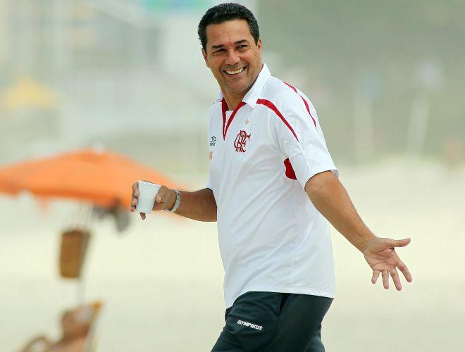 Luxemburgo sorri durante treinos do Flamengo. Técnico comandou ativiadades na praia da Barra nesta quarta-feira