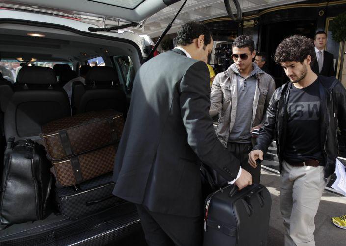 Thiago Silva e Alexandre Pato chegam ao hotel da seleção em Londres. O atacante do Milan está lesionado e foi substituído por Leandro Damião. Seu corte, no entanto, só aconteceu de fato nesta quinta, após uma avaliação dos médicos da seleção.