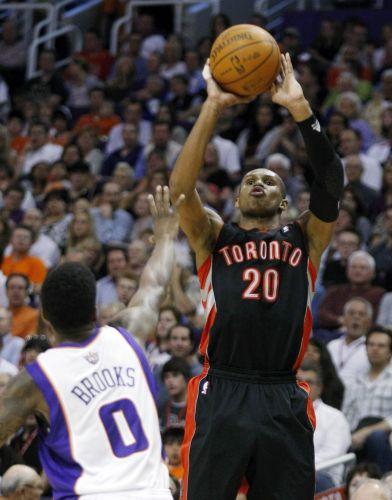 Leandrinho se prepara para arremessar; apesar do esforço do brasileiro, o Toronto Raptors perdeu para o Phoenix Suns por 114 a 106