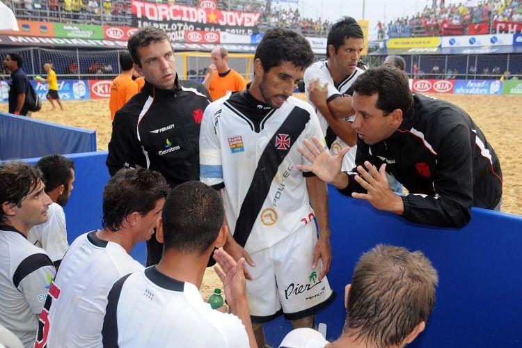 A semifinal do primeiro Mundialito de clubes de futebol de areia teve um clássico carioca. Flamengo e Vasco se enfrentaram em São Paulo, e o time cruzmaltino levou a melhor, triunfando por 5 a 4 e se garantindo na decisão do torneio