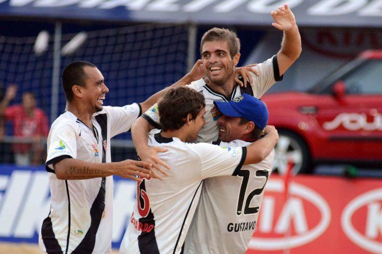 Vascaínos comemoram muito a vitória por 5 a 4 e a classificação para a final