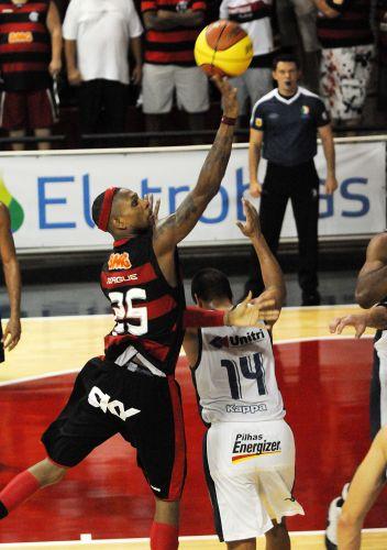 Norte-americano Teague arrisca arremesso no duelo entre Flamengo e Uberlândia